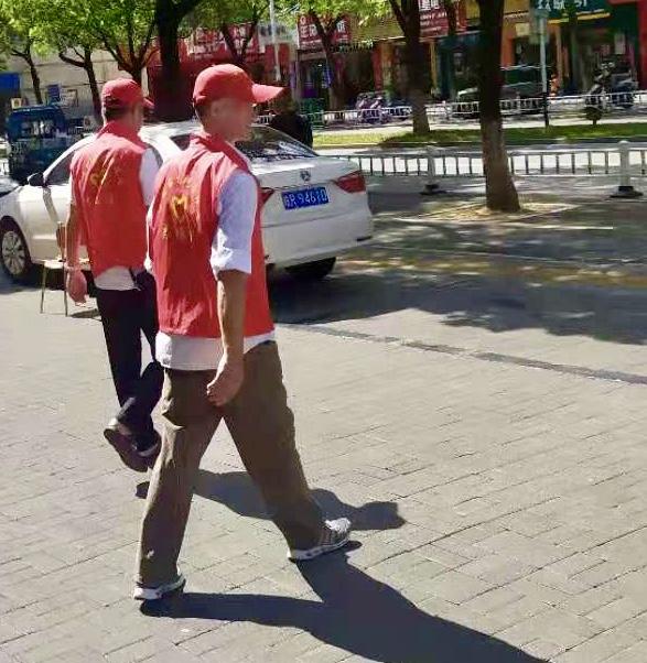 公司组织志愿者参与文明城市创建活动